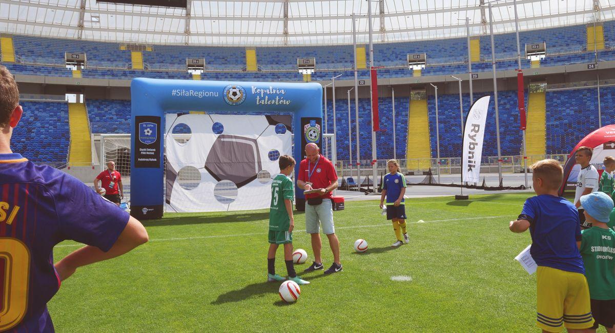 Dmuchana bramka celnościowa podczas pikniku na Chorzowskim Stadionie