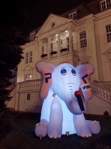 Dmuchana maskotka Radio PIK w nocnej aranżacji.