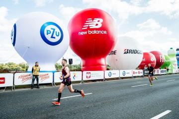 alejka balonów reklamowych podczas maratonu PZU