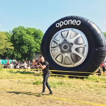 Nietypowy gigantyczny balon reklamowy w kształcie opony Oponeo