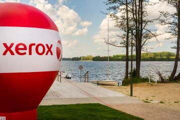Balon reklamowy (Alfa) z logotypem Xerox  na pasie.