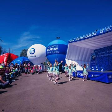 Miasteczko festiwalowe Kraków: balony reklamowe, namioty pneumatyczne, dmuchana scena.