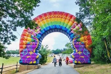 Nietypowa brama łuk z indywidualnym dizajnem na festiwal Holi