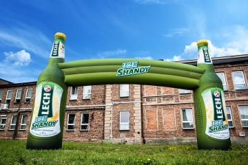 Brama reklamowa z butelkami Lech Ice Shandy.