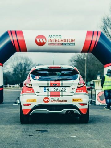 Brama startowa podczas wyścigów samochodowych