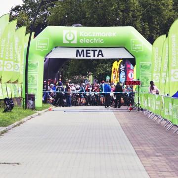 Biegowy zestaw: brama startowa wraz z flagami.