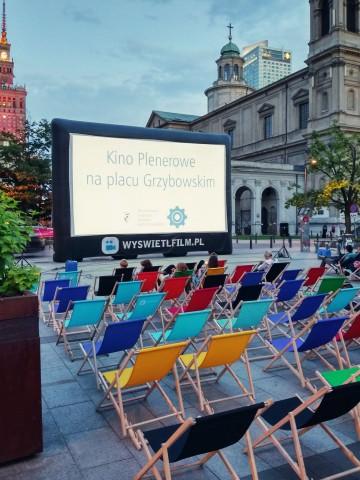 Kino plenerowe na placu Grzybowskim w Warszawie.