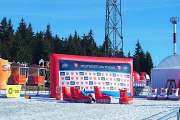 Wielofunkcyjny ekran reklamowy pełniący funkcję ścianki do dekoracji zawodników podczas Mistrzostw Polski.