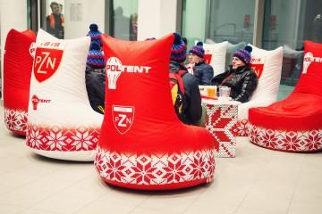 Fotele z miękkim wypełnieniem w strefie chillout podczas skoków narciarskich.
