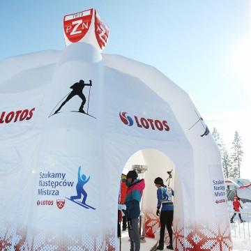 Namiot reklamowy dmuchany z trójwymiarowym logo na daszku