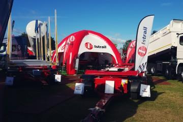 Namiot pneumatyczny typu Pająk podczas targów rolniczych z logotypami Istrail na daszkach.