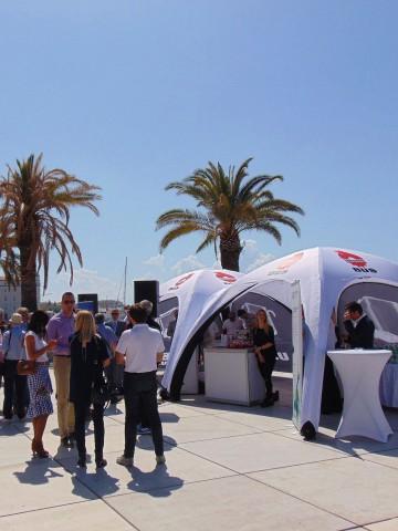 Namioty reklamowe Ursus Bus połączone ze sobą łącznikiem