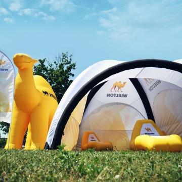 Wileton - strefa relaksu pod namiotem linii VENTO oraz nietypowy balon w kształcie Wielbłąda.