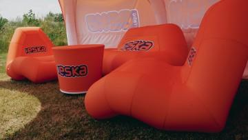 Strefa chillout wyposażona w fotele, sofę i stolik kawowy VENTO