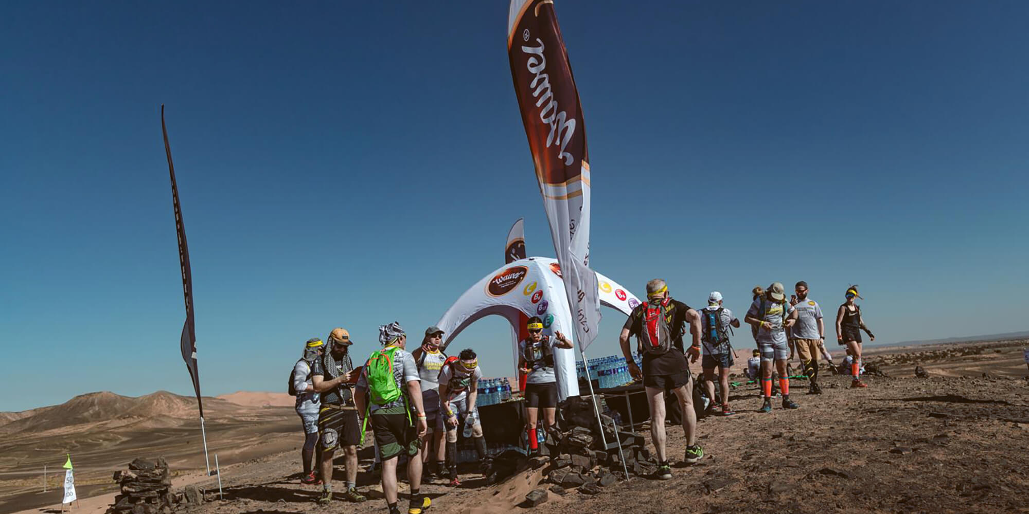 Flagi reklamowe podczas biegu na Saharze.