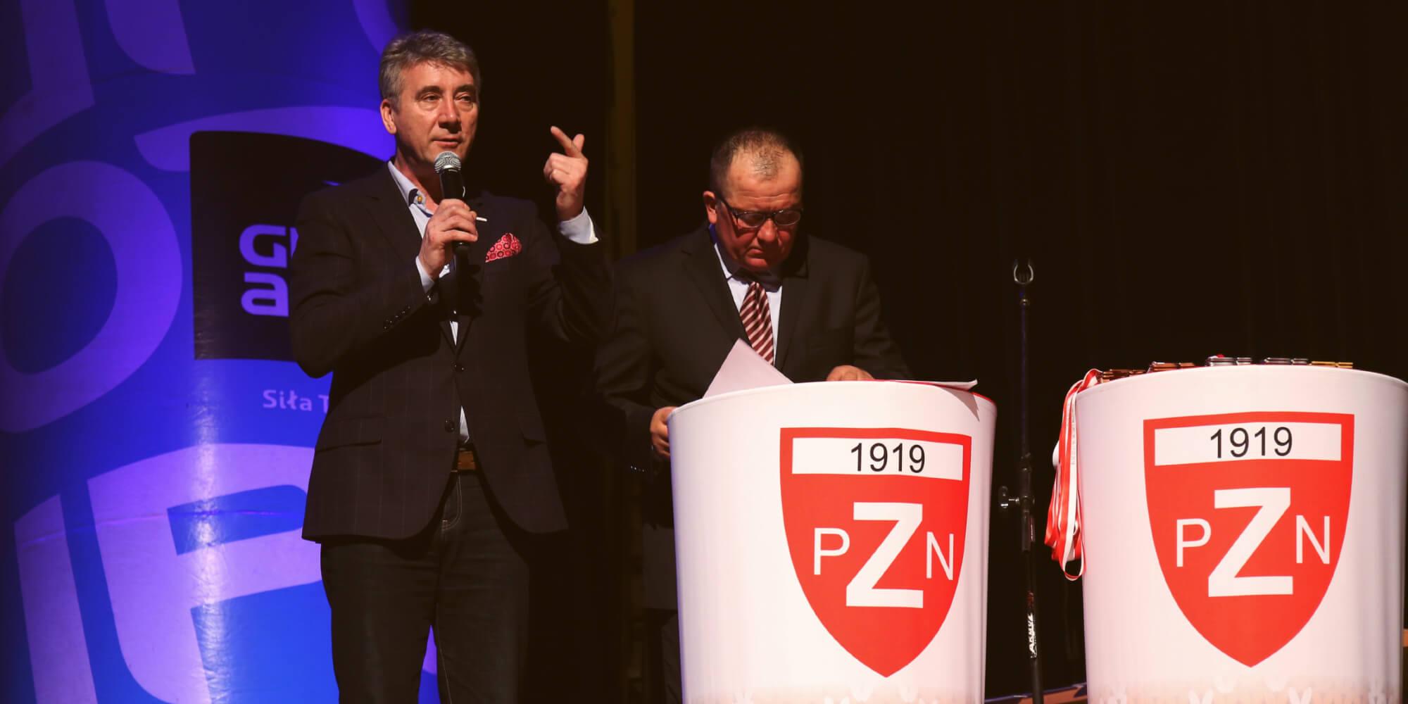 Stolik eventowy podczas konferencji Polskiego Związki Narciarskiego