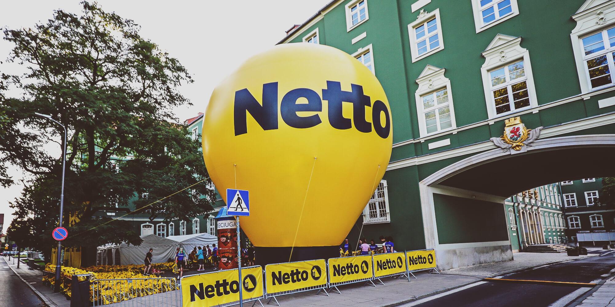Balon reklamowy Alfa w przestrzeni miejskiej podczas akcji promocyjnej marki Netto