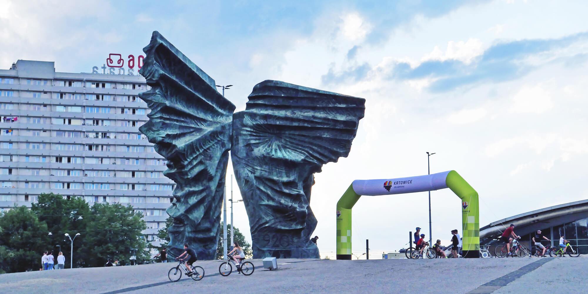 Brama stałociśnieniowa VENTO stoi koło pomnika w Katowicach podczas wyścigu Tour de Pologne