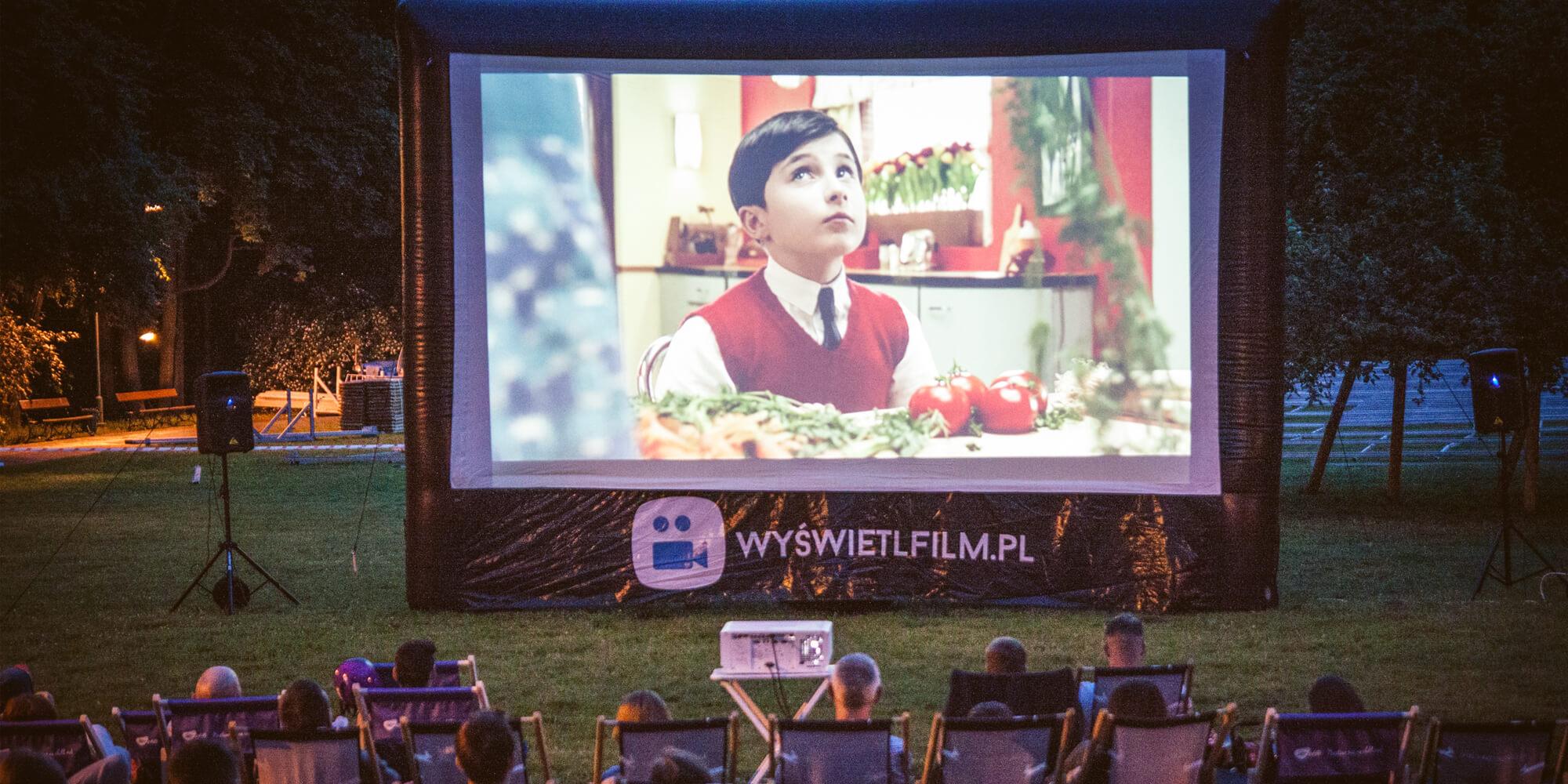 Ekran projekcyjny jako kino plenerowe w parku