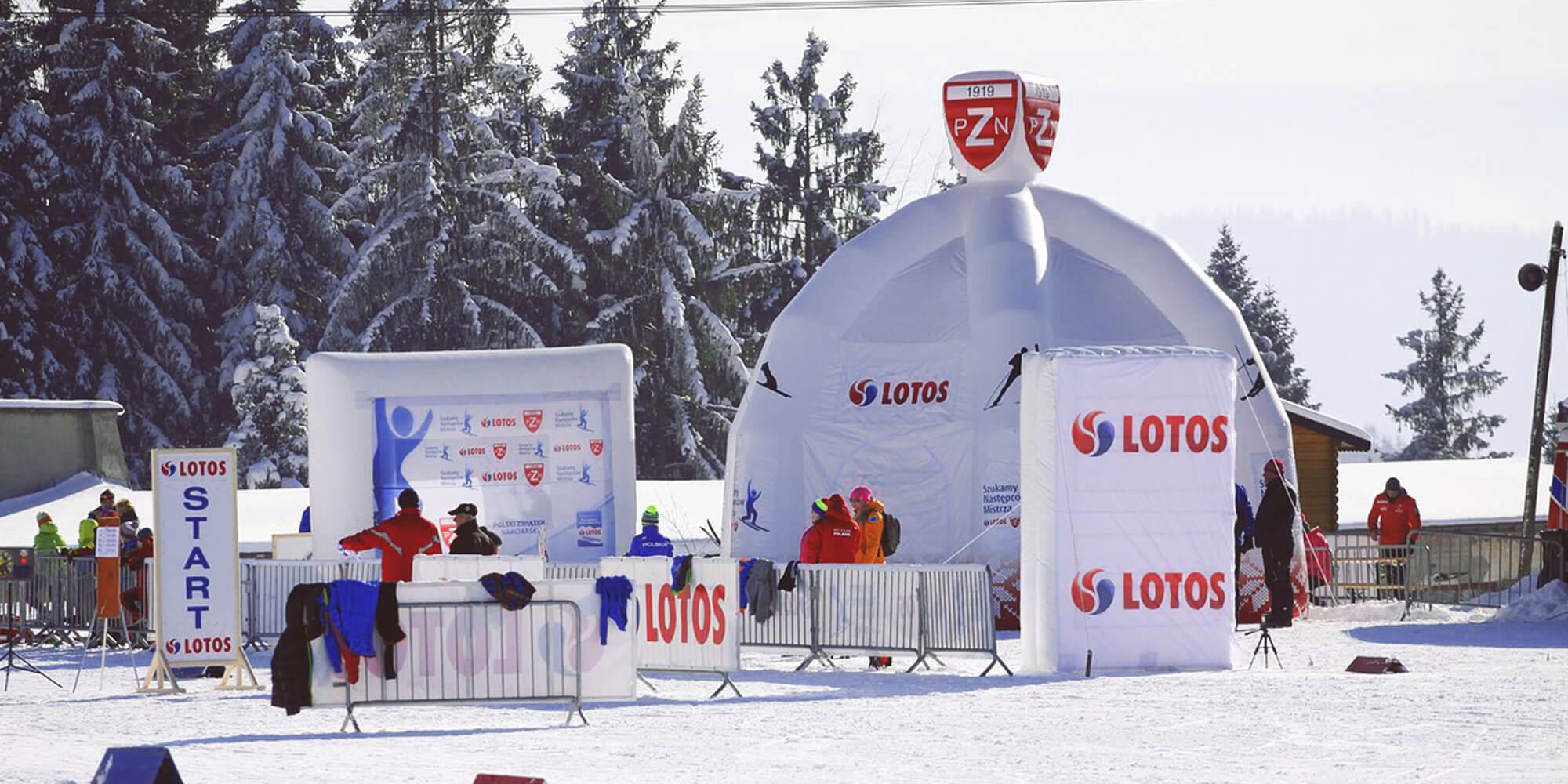 Namiot reklamowy z elementem 3D w zimowych warunkach.