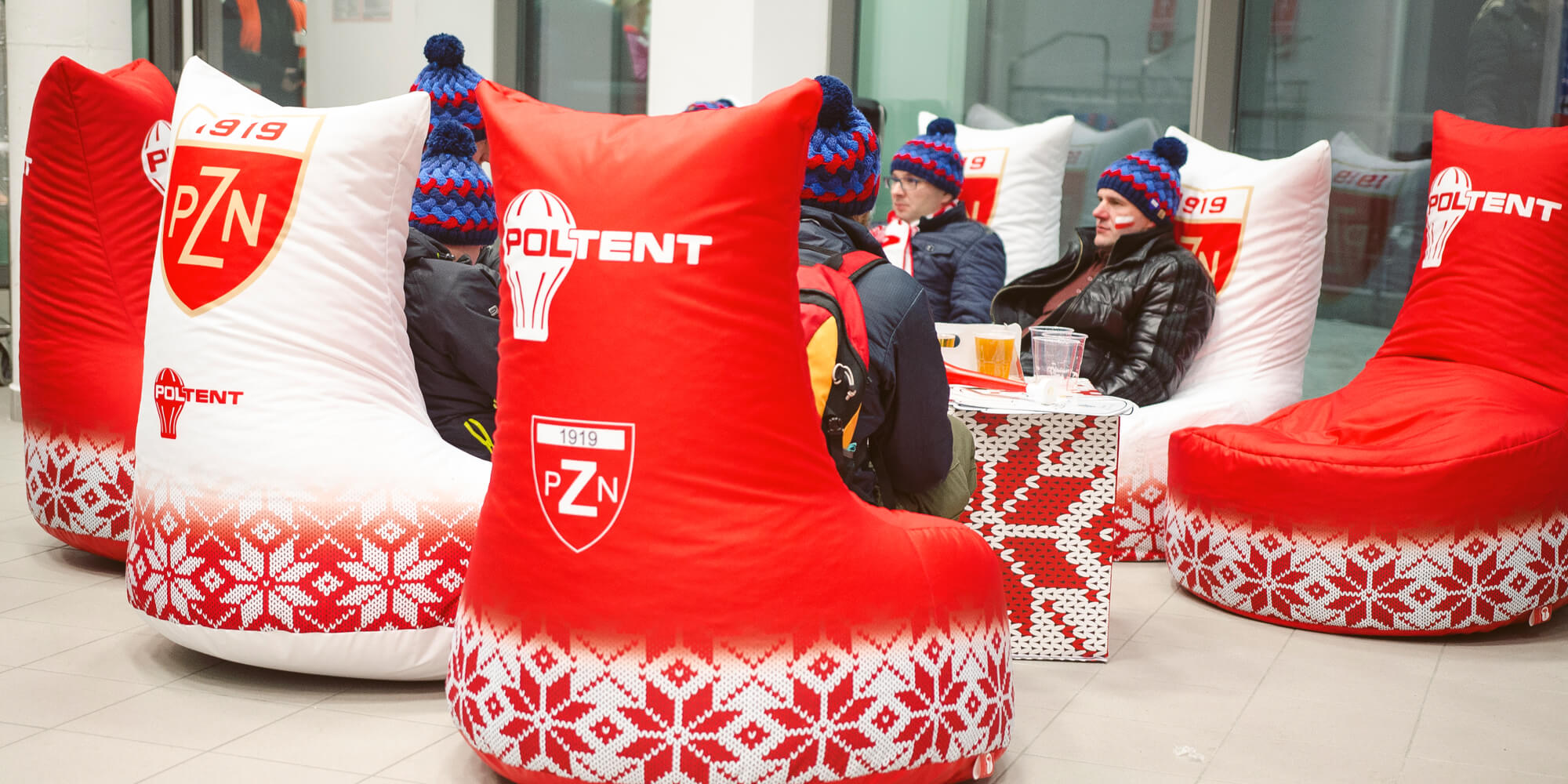 Wygodne pufy reklamowe w strefie relaksu podczas zawodów skoków narciarskich